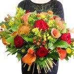 Букет буплерум, гиперикум красный, калла оранжевая, картамус, леукоспермум, листья дуба, паникум, роза красная, салал, солидаго, фрезия жёлтая в Санкт-Петербурге