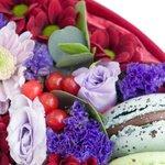 Прекрасные цветы и вкусные макаруны в бордовой коробке из бархата.
