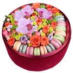 Свежие цветы и вкусные пирожные. Парижский стиль