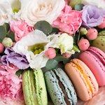 Цветы в коробке с пирожными макарунс в Санкт-Петербурге
