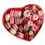 Цветы в коробке с макарунами в форме сердца в Санкт-Петербурге