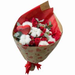 Букет из хлопка, лагуруса и красной кустовой розы в Санкт-Петербурге