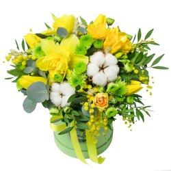 Весенние цветы с конфетами в маленькой шляпной коробке в Санкт-Петербурге