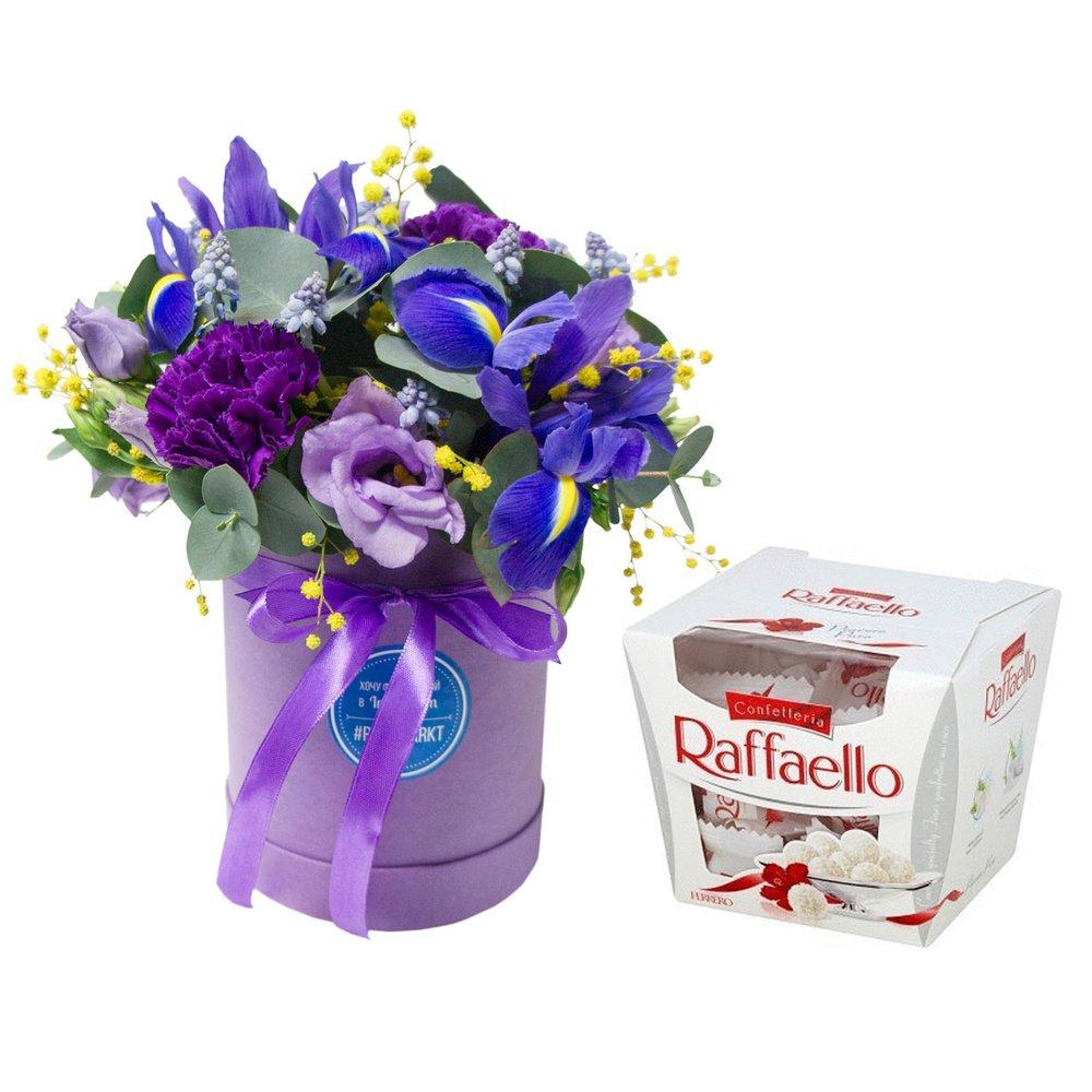 Цветы в маленькой шляпной коробке с конфетами в Санкт-Петербурге