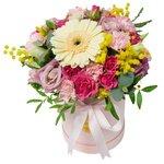 Нежные цветы в маленькой шляпной коробке с конфетами в Санкт-Петербурге