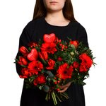 Букет из красных мини гербер, гиперикума, разноцветных ранункулюсов, красных тюльпанов, фисташки и эвкалипта в Санкт-Петербурге
