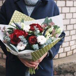 Вероника синяя, орнитогалум, пионы бордовые, тюльпан белый, хлопок, цветы на выбор флориста, эвкалипт
