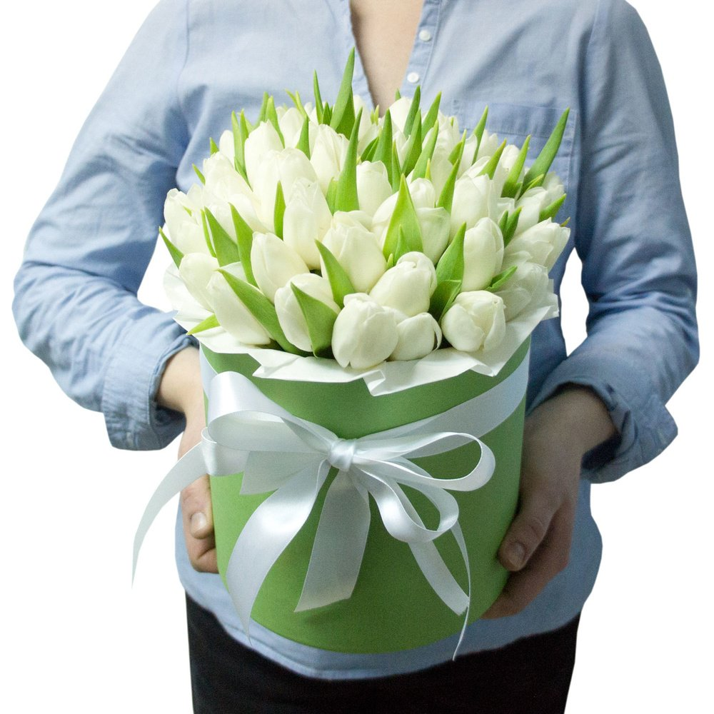 Лео: белые тюльпаны в зеленой шляпной коробке