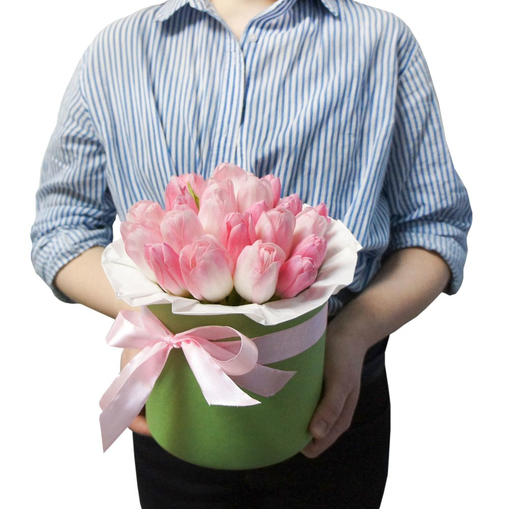Мэри: розовые тюльпаны в шляпной коробке