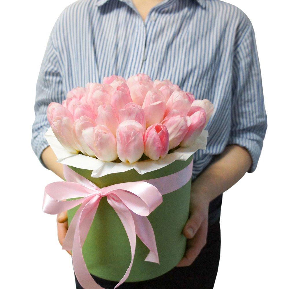 Эшли: букет розовых тюльпанов в зеленой шляпной коробке