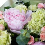 Оригинальный букет из розовых гвоздик и пионов, роз кустовых, салала и эвкалипта
