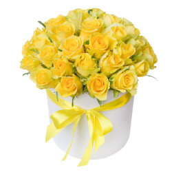 Жёлтые розы в шляпной коробке в Санкт-Петербурге