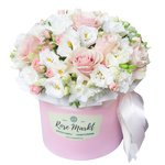Шляпная коробка с белым лизиантусом, кустовой светло-розовой розой, розовой розой микс и белой фрезией в Санкт-Петербурге