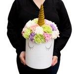 Шляпная коробка с разноцветными гвоздиками в Санкт-Петербурге