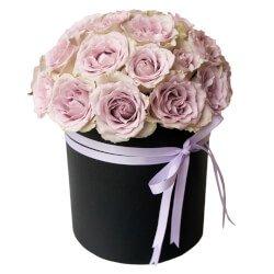 Розы Морнинг Дью в чёрной шляпной коробке в Санкт-Петербурге