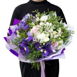 Альстромерия белая, гвоздика белая, ирис синий, лизиантус лиловый, роза кустовая белая, роза фиолетовая, статица, фисташка и фрезия синяя. Санкт-Петербург