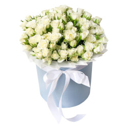 Букет кустовые розы белые в шляпной коробке в Санкт-Петербурге