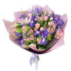 Букет из синих ирисов, розовых альстромерий и кустовой розовой розы в Санкт-Петербурге