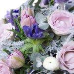 Букет с анемонами, ранункулюсами, розами Морнинг Дью и фрезиями в Санкт-Петербурге