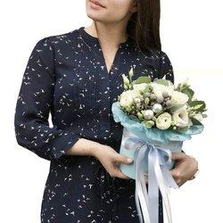 Букет в шляпной коробке из роз, лизиантусов, ранункулюсов, эвкалипта в Санкт-Петербурге