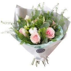 Небольшой зимний букет роз с декором в Санкт-Петербурге
