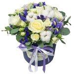 Шляпная коробка с синим ирисом, лиловым лизиантусом, белой розой, белой кустовой розой, статицей, хлопком и эвкалиптом в Санкт-Петербурге