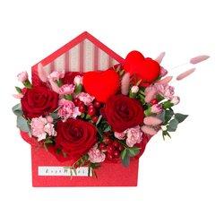 Конверт с розами, гвоздикой, гиперикумом, лагурусом и сердечками в Санкт-Петербурге