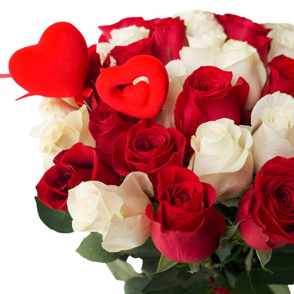 35 красных и белых роз с сердцами