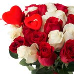 Букет из 35 красных и белых роз на 14 февраля в Санкт-Петербурге