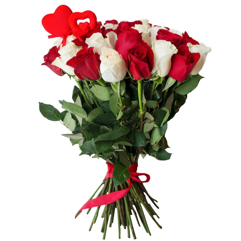 45 красных и белых роз с сердцами