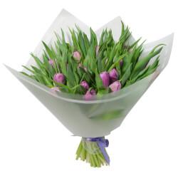 Букет из 31 сиреневого пионовидного тюльпана в упаковке в Санкт-Петербурге