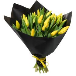 Букет из 21 жёлтого тюльпана в упаковке в Санкт-Петербурге