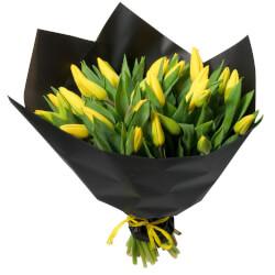 Букет из 31 жёлтого тюльпана в упаковке в Санкт-Петербурге