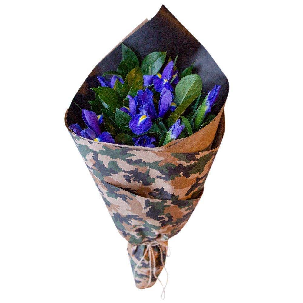 Мужской букет из синих ирисов в крафте с принтом в Санкт-Петербурге