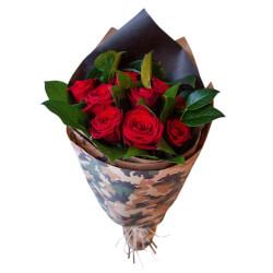 Мужской букет из красных роз с зеленью в крафте с принтом в Санкт-Петербурге