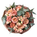 Букет из персиковых кустовых роз и роз Капучино в стильной упаковке в Санкт-Петербурге