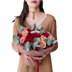 Букет из красных роз и роз Капучино в стильной упаковке в Санкт-Петербурге