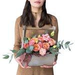 Розы Капучино и кружевной лизиантус в деревянном ящике в Санкт-Петербурге
