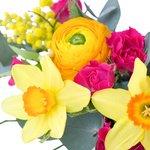 Композиция из цветов в чашке на вкус флориста в яркой цветовой гамме в Санкт-Петербурге