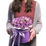 Сиреневые пионовидные тюльпаны в шляпной коробке в Санкт-Петербурге