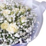 Воздушный букет из гипсофилы и белой кустовой розы в Санкт-Петербурге