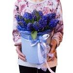 Букет из синих гиацинтов в шляпной коробке в Санкт-Петербурге