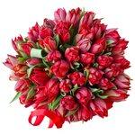 Красные пионовидные тюльпаны в шляпной коробке в Санкт-Петербурге