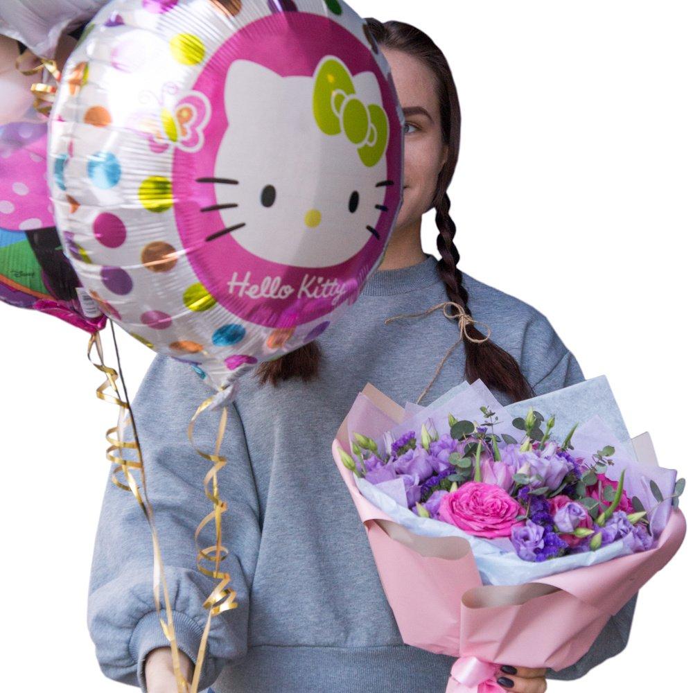 Искорка: роза, лизиантус и тюльпан в букете с шариками