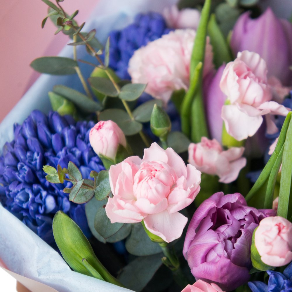 Рарити: букет с тюльпанами, гвоздикой и синими гиацинтами