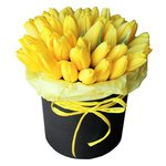 Жёлтые тюльпаны в шляпной коробке в Санкт-Петербурге