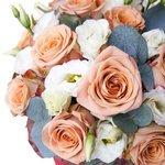 Розы Капучино, лизиантус и эвкалипт в шляпной коробке в Санкт-Петербурге