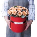 Розы Капучино и эвкалипт в шляпной коробке в Санкт-Петербурге