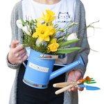 Весенняя композиция из цветов в лейке с набором миниатюрных инструментов в Санкт-Петербурге