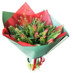 25 красных пионовидных тюльпанов с гринбеллом в упаковке в Санкт-Петербурге